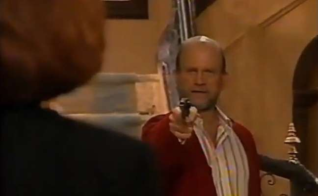 O momento do último capítulo de 'A Próxima Vítima' em que, após ser desmascarado, Adalberto (Cecil Thiré) tenta matar Filomena Ferreto (Aracy Balabanian)