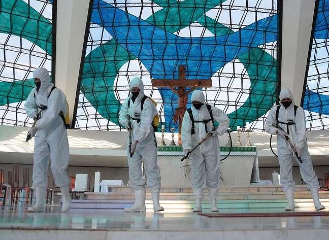 Integrantes das Forças Armadas realizam descontaminação da Catedral de Brasília