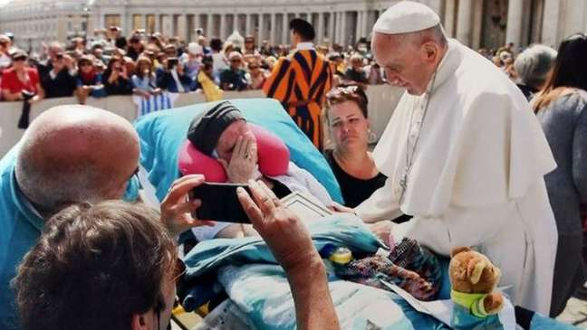 Poucos dias depois de realizar seu último desejo de encontrar o Papa Francisco, esta paciente morreu