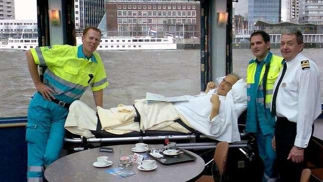 Com a ajuda das autoridades portuárias, Veldboer conseguiu levar este paciente em um rebocador