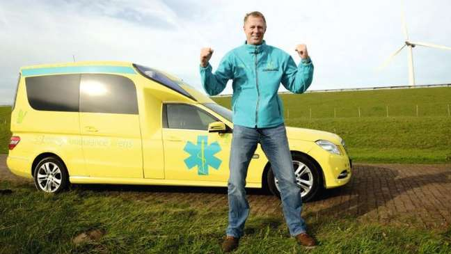 Veldboer dirige uma fundação que leva pacientes em estado terminal a visitar pessoas e lugares que amam