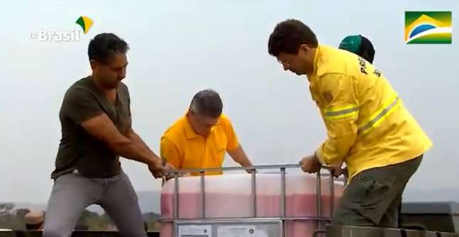 Ricardo Salles observa tanque com produto retardante de fogo jogado sobre a Chapada dos Veadeiros