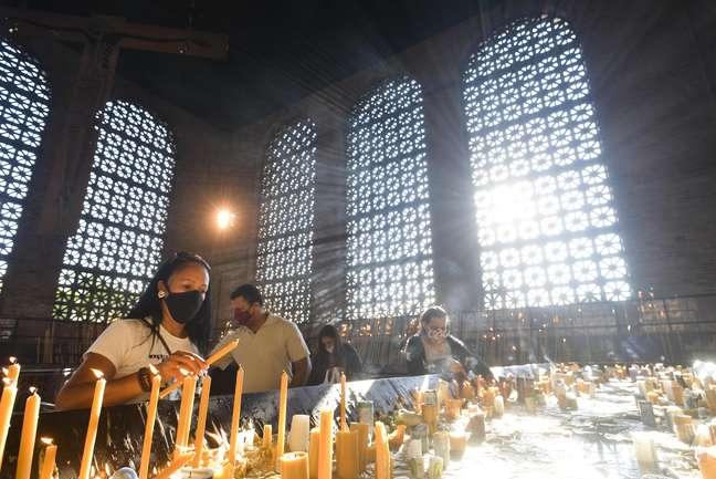 Fiéis católicos visitaram a Basílica Nacional de Nossa Senhora de Aparecida, em Aparecida, interior de São Paulo