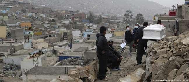 Corpo é carregado em Lima, no Peru: países mais pobres são especialmente vulneráveis à covid-19