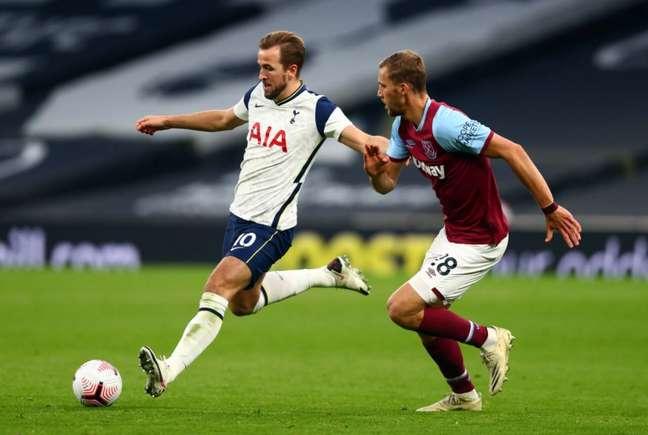 Kane marcou duas vezes para o Tottenham, mas equipe cedeu empate no fim (Foto: CLIVE ROSE / POOL / AFP)