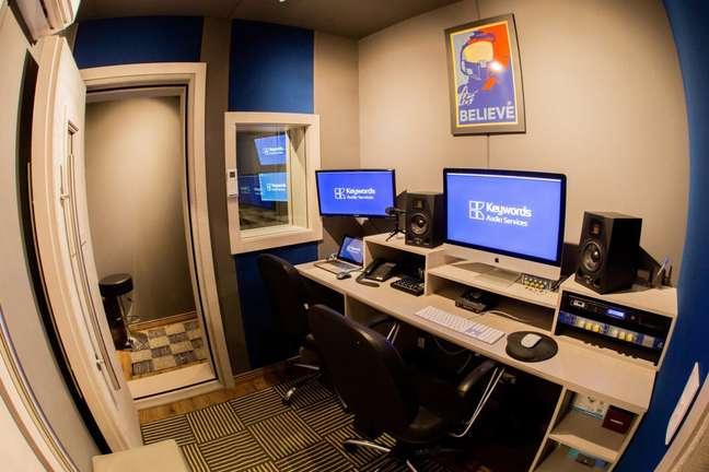 Exemplo de uma das salas de dublagem do estúdio Keyword (Imagem: Keywords Studios)