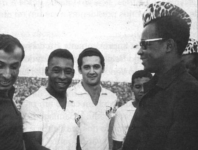 Pelé durante excursão com o Santos na África em 1969.