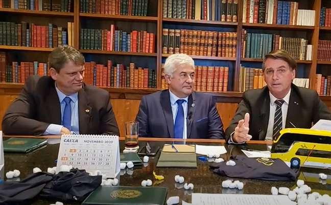 Os ministros Tarcísio de Freitas, da Infraestrutura, e Marcos Pontes, da Ciência e Tecnologia, participam de live com o presidente Jair Bolsonaro