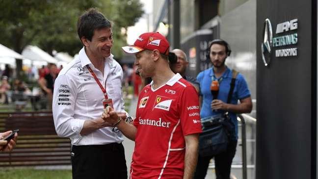 Sebastian Vettel com Toto Wolff, chefão da equipe Mercedes: mais motivos para proximidade.