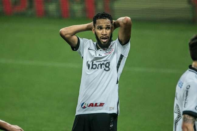 Everaldo lamenta chance perdida na derrota do Corinthians para o América-MG por 1 x 0