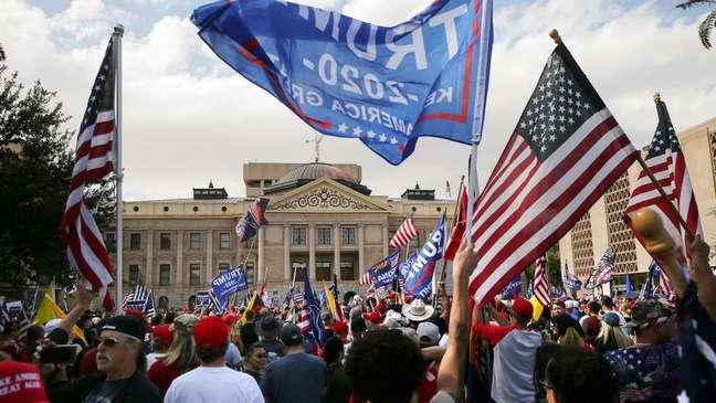 Manifestantes contestam processo eleitoral em Phoenix, no Arizona