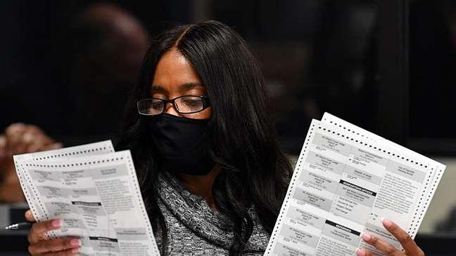 Funcionária da autoridade eleitoral analisa votos no Estado da Carolina do Norte