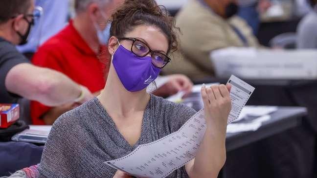 Estado da Geórgia decidiu recontar todos os votos manualmente, sem auxílio de máquinas especializadas