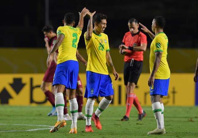 Roberto Firmino comemora o primeiro gol com o companheiro Nelson Almeida