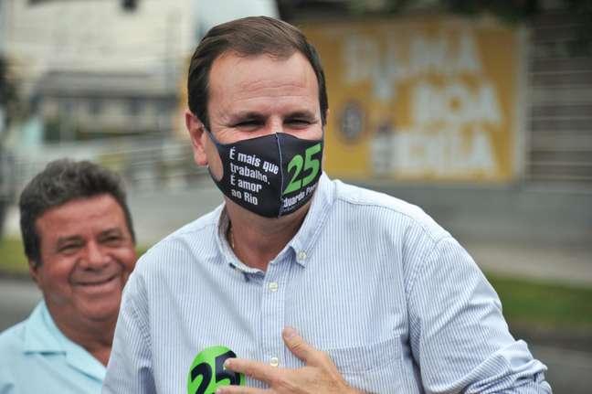 O candidato à prefeitura do Rio de Janeiro (RJ), Eduardo Paes (DEM), visita nesta quarta-feira (11), a estação do BRT na Praça do Bandolim, em Curicica