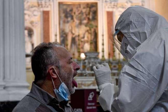 Médicos italianos que realizam exames são voluntários