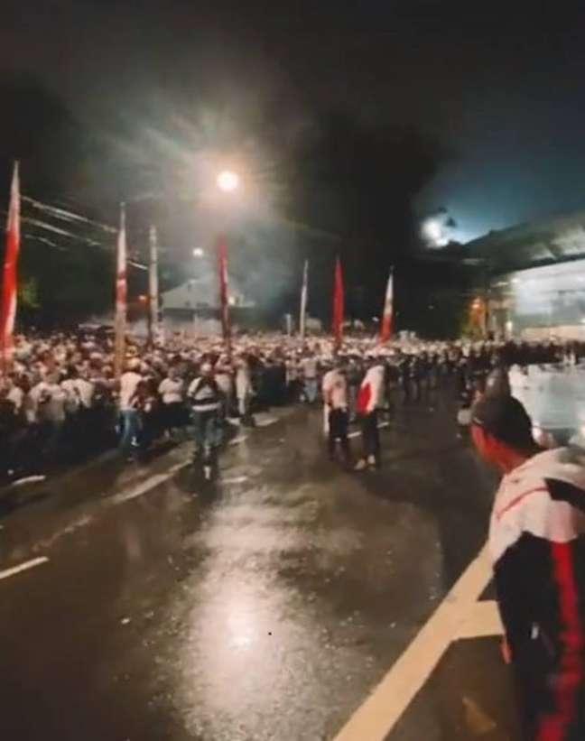Torcedores do São Paulo se aglomeram em frente ao estádio do Morumbi