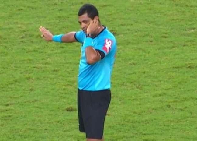 Wagner Magalhães ouve orientação do VAR após já ter reiniciado a partida entre Ceará e São Paulo, no Castelão