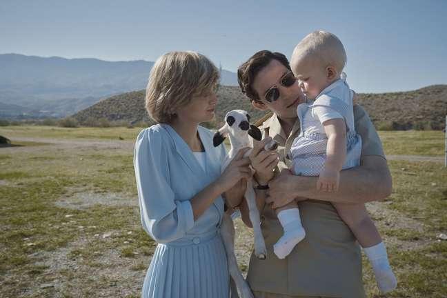 Emma Corrin e Josh O'Connor em cena da quarta temporada de 'The Crown'