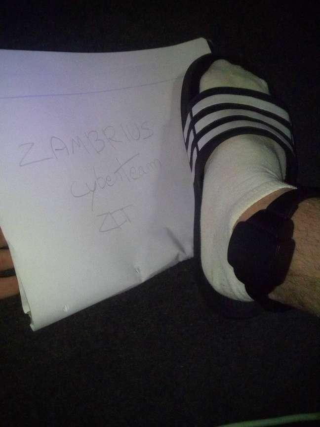 O hacker que diz ter 19 anos se identifica como Zambrius
