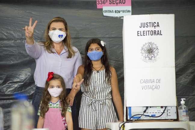Candidata a prefeita do Recife, Marília Arraes (PT), vota no Clube Alemão em Recife (PE)