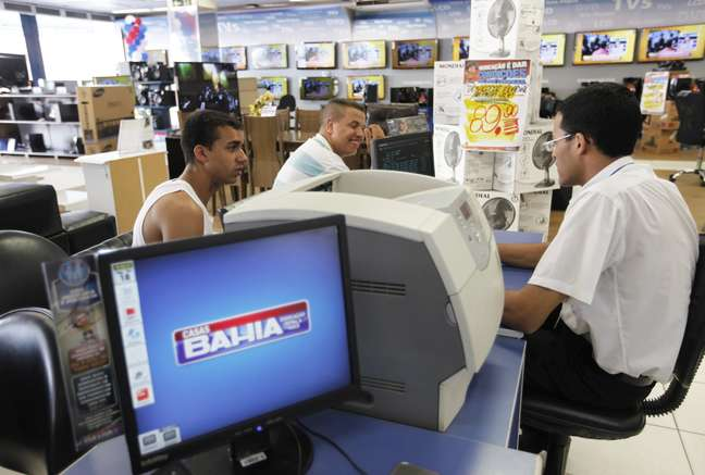 Clientes são atendidos por funcionários da Casas Bahia. 18/2/2013. REUTERS/ Nacho Doce