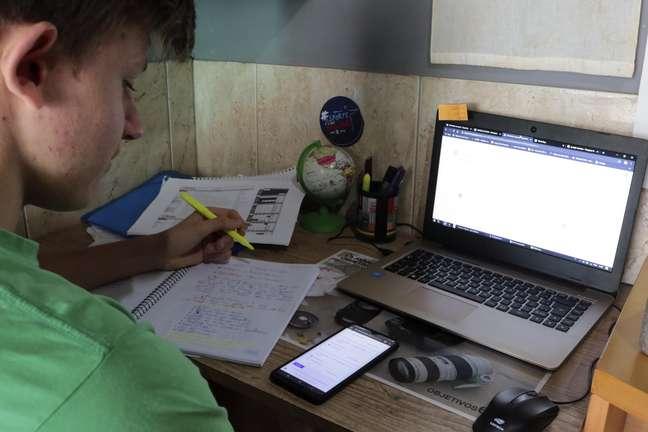 Imagem de aluno estudando por meio digital em Alvorada (RS)