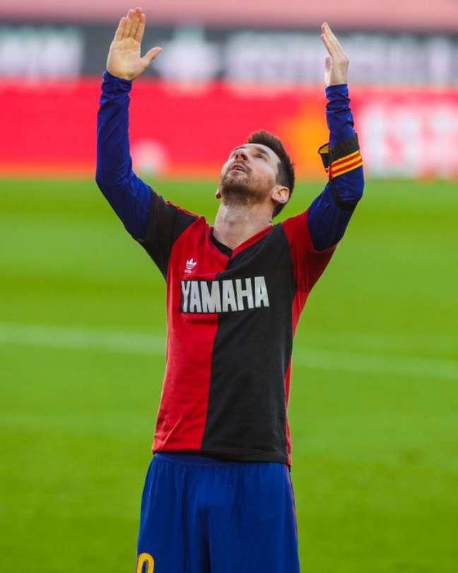 Messi estava com a camisa de Maradona no Newell´s Old Boys e homenageou o ídolo