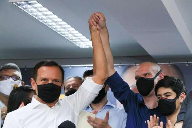 João Doria e Bruno Covas posam juntos em coletiva do PSDB
