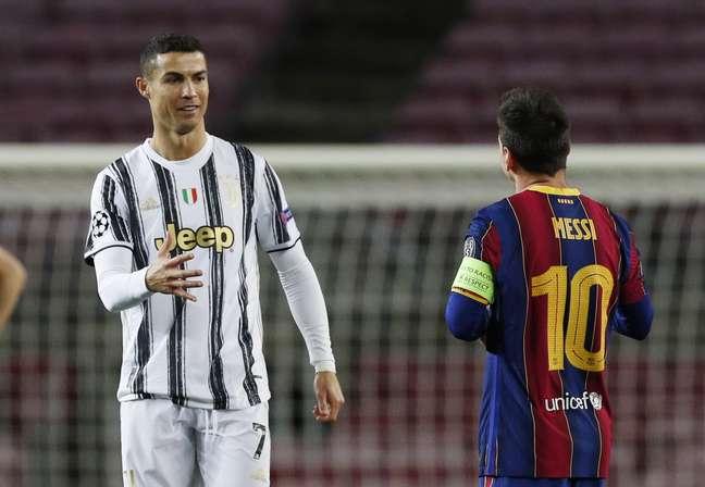 Cristiano Ronaldo e Lionel Messi se cumprimentam antes de partida entre Juventus e Barcelona pela Liga dos Campeões 08/12/2020 REUTERS/Albert Gea