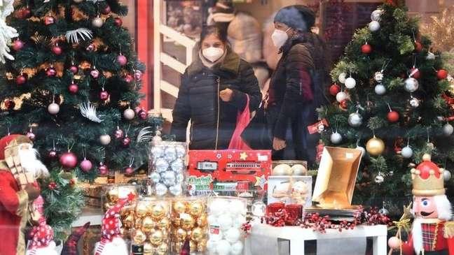 Teme-se que festas de Natal e Ano Novo provoquem o aumento nas viagens e nas aglomerações pelo mundo