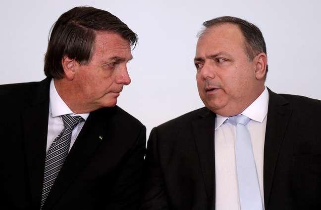 Presidente Jair Bolsonaro e ministro da Saúde, Eduardo Pazuello, durante cerimônia no Palácio do Planalto 08/12/2020 REUTERS/Ueslei Marcelino