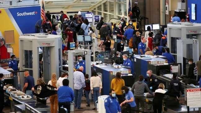Aeroporto nos EUA com pessoas viajando para o feriado de Ação de Graças; especialistas defendem que população evite viagens