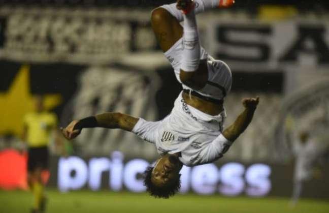 Marinho comemorou o segundo gol do Santos dando um salto mortal