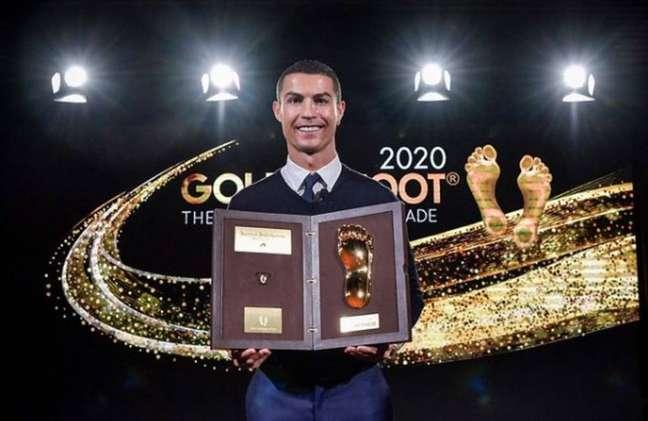Cristiano Ronaldo com o prêmio 'Golden Foot'