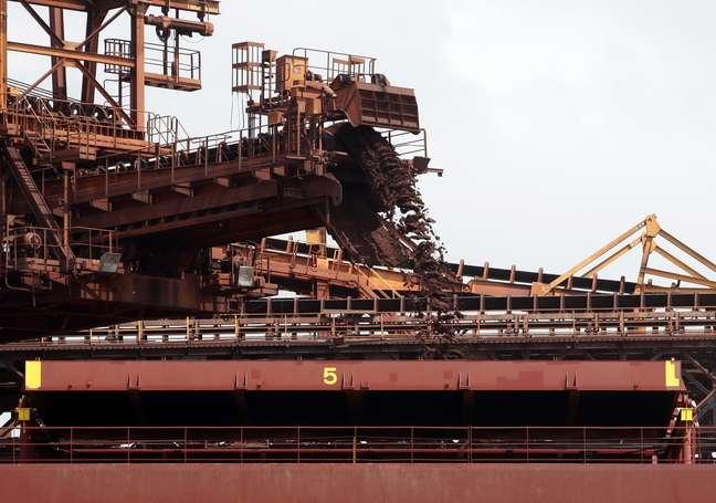 Navio carregado com minério de ferro para exportação no terminal de Ponta da Madeira, em São Luís (MA)  09/12/2011 REUTERS/Paulo Whitaker