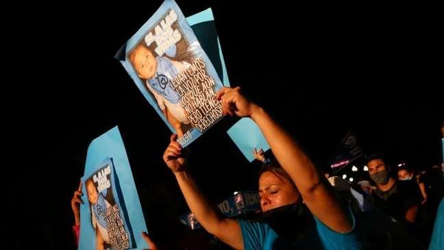 Manifestantes contrários à descriminalização do aborto também protestaram em frente ao Congresso