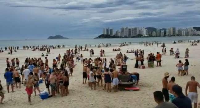 Banhistas aglomerados em praia do Guarujá