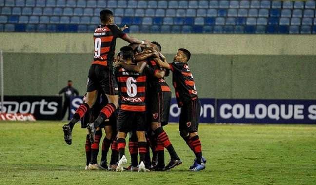 Jogadores do Oeste comemoram gol sobre o Figueirense (Foto: Divulgação/Oeste)