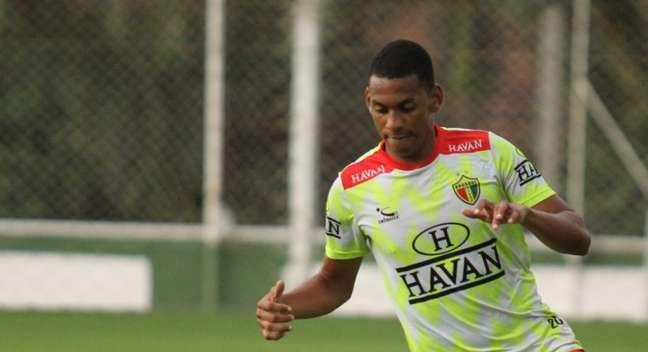 Jefferson Renan, jogador do Brusque, foi chamado de macacado por dirigente do Vila Nova, segundo o clube catarinense