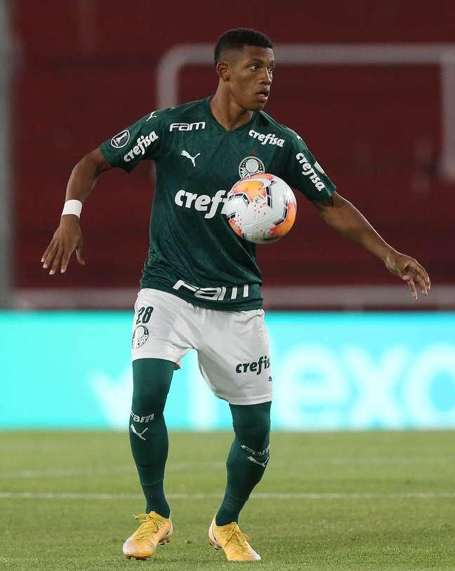 Danilo, do Palmeiras, domina a bola na vitória do Palmeiras sobre o River por 3 x 0