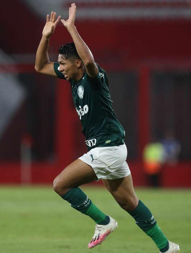 Rony comemora o primeiro gol do Palmeiras, que goleou o River por 3 x 0