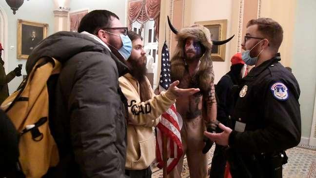 """Alguns analistas argumentam que as agências segurança trataram os apoiadores de Trump que invadiram o Capitólio com """"luvas de pelica"""", enquanto reprimiam duramente os protestos por justiça racial em 2020"""