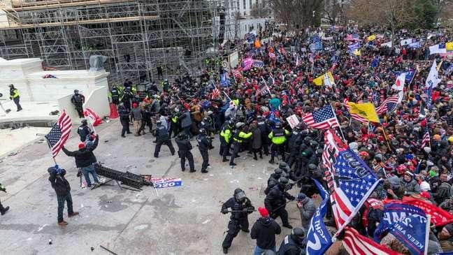 O envio de policiais na quarta-feira foi insuficiente para conter a multidão