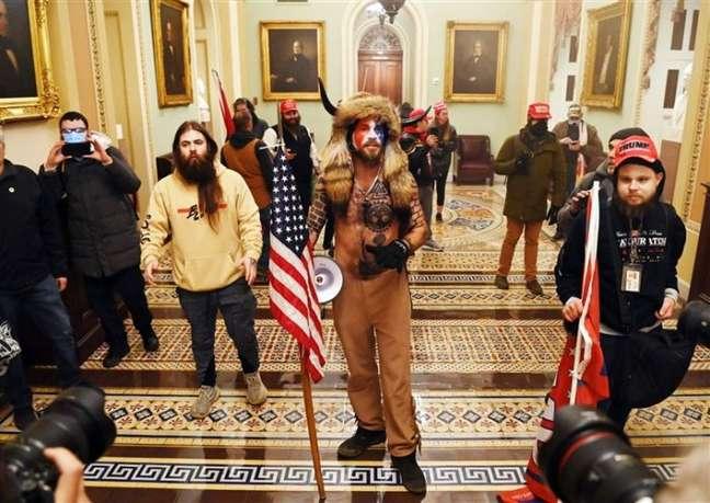Apoiadores de Donald Trump dentro do Capitólio dos EUA (Imagem: Saul Loeb/AFP)