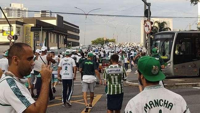 Torcedores do Palmeiras caminham para o Allianz Parque