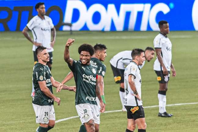 Palmeiras atropelou o Corinthians e se manteve na briga pelo título do Brasileirão