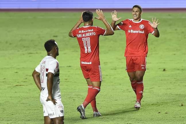 Internacional goleou o São Paulo e assumiu a liderança do Brasileirão