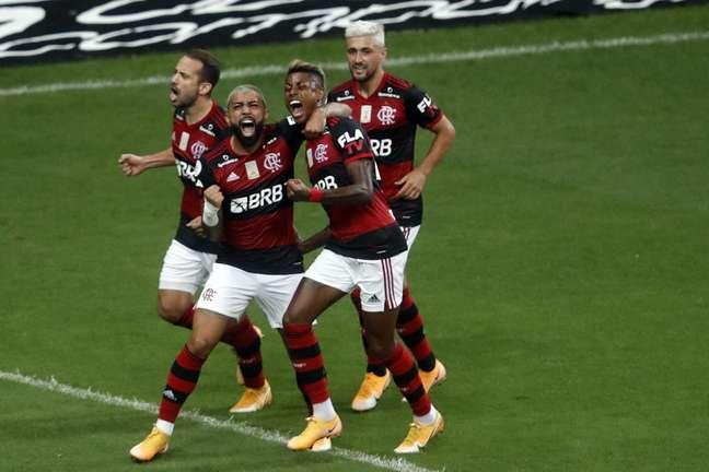 Os jogadores do Flamengo receberam a visita de Bolsonaro após vencerem o Palmeiras por 2 x 0