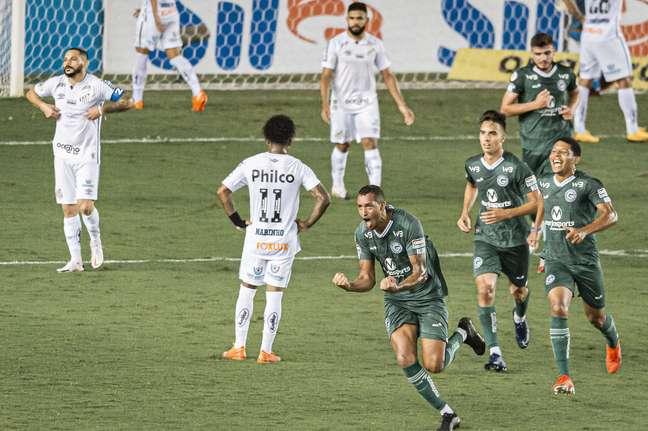 Santos abre 2 a 0, sofre virada no segundo tempo e perde para o Goiás na Vila